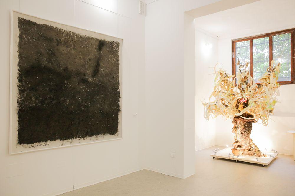 Sulla parete di sinistra Arturo Monroy, Ceniza del Paraiso, tecnica mista su tela, 199.7x199.3 cm. 2014