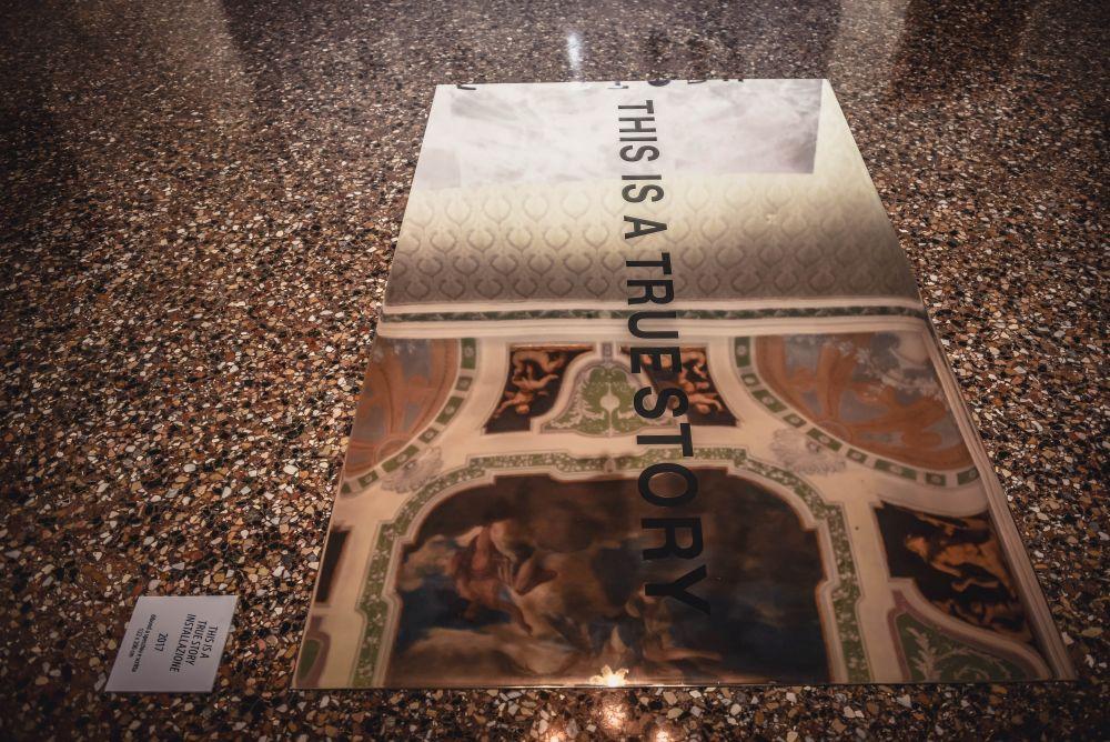 Carlo Caldara, This is a True Story, installazione, dibond a specchio e scritta, 2017, 122x200 cm.