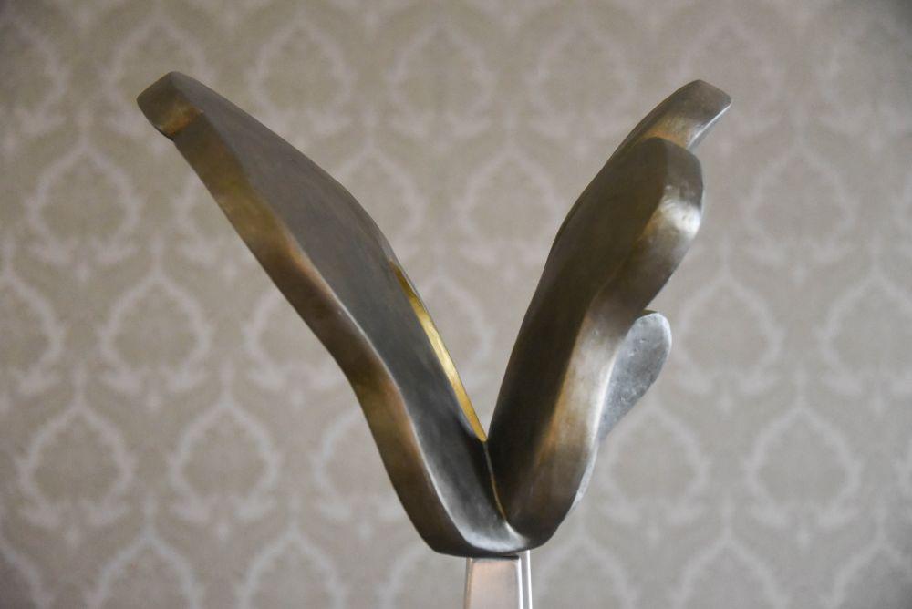 Elsie Wunderlich, Flight of rising suns, particolare, bronzo, 160x50x56 cm. 2018