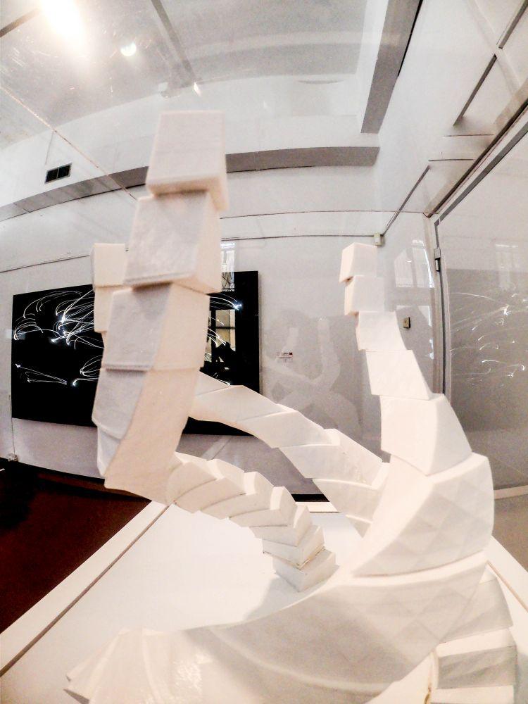 In primo piano Regina Davila Distortion of the Divinity, tecnica mista, 30.8x26x26 cm. 2018