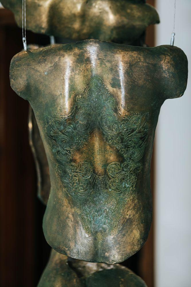Marco Manzo, Andromeda, particolare, incisione su statua in bronzo, 210x180x150 cm.2018