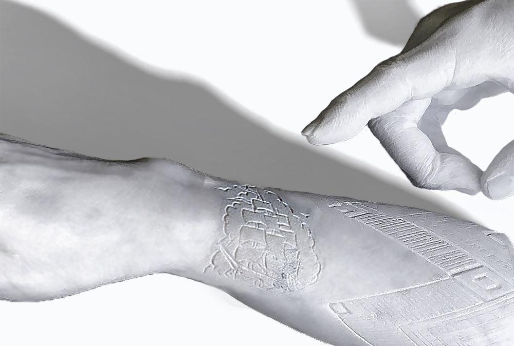 marco-manzo-el-muro-del-silencio-la-tatuana-part-scultura-in-marmo-di-carrara-con-incisione-legno-e-ferro-2019