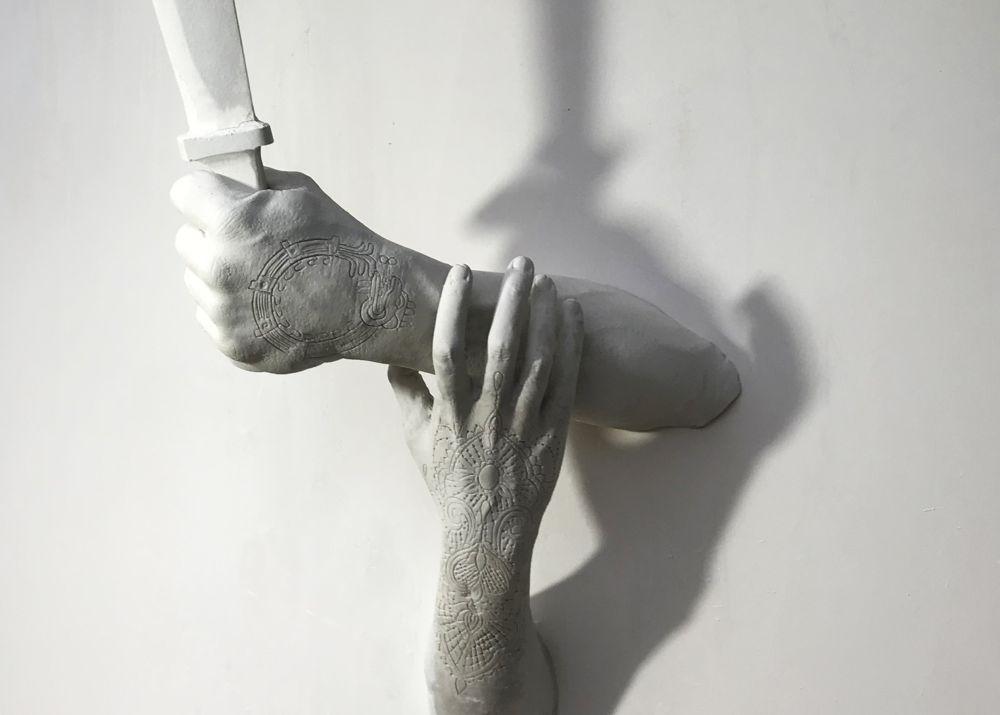 Marco Manzo, El muro del silencio – Salvarse el pellejo , part., scultura in marmo di Carrara con incisione, legno e ferro, 200 x 150 x 150 cm. 2019